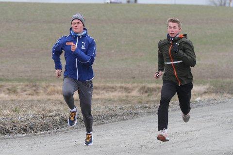 Koronaviruset førte stavhopperbrødrene Sondre (til venstre) og Simen Guttormsen tilbake til trening i Ski