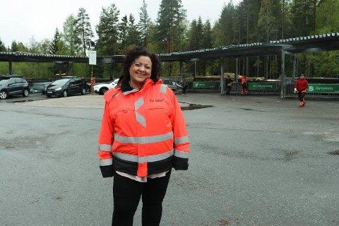 ROSER FOLK: Kommunikasjonssjef Pia Kathrine Løseth i Follo Ren er glad for at de fortsatt kan holde åpent, og for at folk tar hensyn og begrenser antall besøk på gjenvinningsstasjonene.