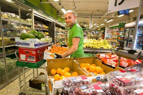 FORNØYD: Hashim Palani gleder seg til å kunne tilby ny butikk til sine kunder og ansatte.