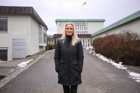 Annette Mjåvatn foran Vestby Rådhus, dagen etter at hun meldte seg ut av Arbeiderpartiet.