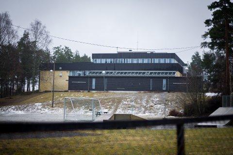 Innbrudd på Ingieråsen skole natt til søndag. Tyvene stjal brus og sjokolademelk fra kantina.