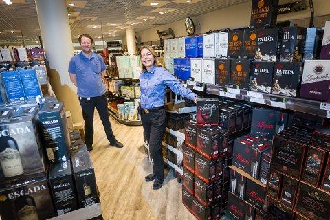 Butikksjef Hege Rugaas og Erlend Brun oppfordrer kundene til å legge besøket innom denne uken, og ikke vente med påskehandelen til neste uke.