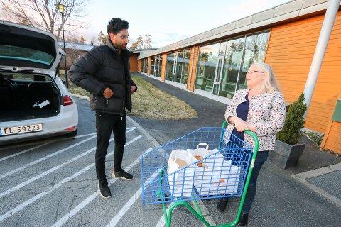 HYGGELIG OPPMUNTRING: Arunpreet Singh Garcha fra Tandoori Palace i Ski leverte mat til Solborg bo- og aktiviseringssenter 1. påskedag. Virksomhetsleder Tove Embretsen tok imot utenfor hovedinngangen. De 28 på kveldsvakt koste seg med gratis mat.