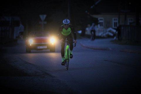 Jonas Orset syklet i over halvannet døgn i strekk. Her har han syklet i rundt sju timer. Han fikk med seg to solnedganger, og var ikke langt unna å få med seg to soloppganger heller.