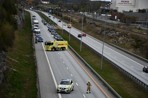 STENGT: E6 ble stengt i sydgående retning på Askosletta i Vestby etter en ulykke lørdag ettermiddag.