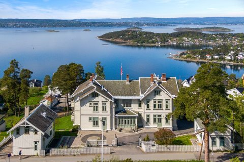 Hovedhuset på eiendommen Villa Nova er fra 1905. Sidebyggene skal ha blitt oppført opprinnelig i  1886. Hele eiendommen er blitt renovert og pusset opp de siste 20 årene.