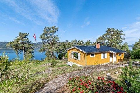 Hytta ligger høyt med utsikt over Oslofjorden, men den må oppgraderes for å få den opp til dagens standard. Likevel endte salgsummen langt over prisantydning.