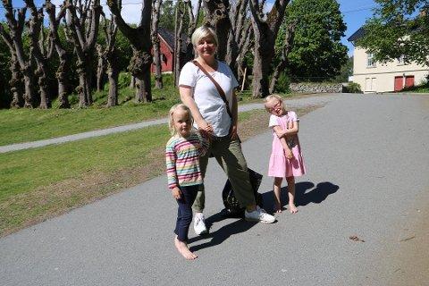 UKENS FØRSTE BAD: Ebba (4), Charlotte Røvig (47) og Sofie (4) tok en spontantur til Hvervenbukta mandag ettermiddag, og Ebba har allerede tatt ukens første bad. Det blir det plenty med anledninger til også i dagene som kommer.