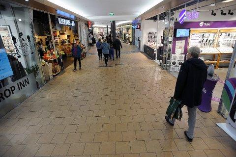 ÅPNER OPP: Butikkene gjenåpner og besøkstallet tar seg opp også på Ski storsenter. I takt med dette går antall helt ledige nedover.