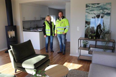 VISNING: Elisabeths Evensen Duus og Arne Berg er JMs salgsansvarlige på Myrvoll, og merker at folk trenger litt mer tid for å bestemme seg for å kjøpe boilig. Førstkommende søndag er det stor visningsdag.
