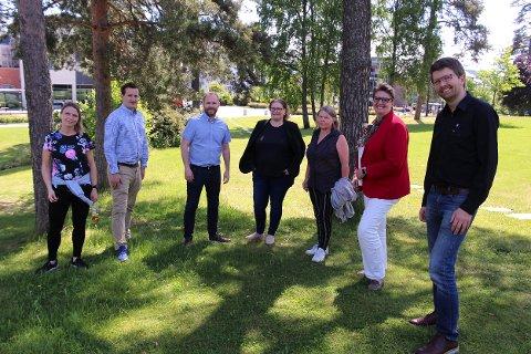 DELER UT: Camilla Hille (V), Håkon Heløe (Ap), Oddbjørn Lager Nesje (Ap), Elin Skifjell (SV), Hilde Widerberg (Sp), ordfører Hanne Opdan (Ap) og varaordfører Hans Martin Enger (MDG) vil støtte opp om korene og korpsene i kommunen, og gir ubrukte penger fra Kulturåret 2020 til disse.