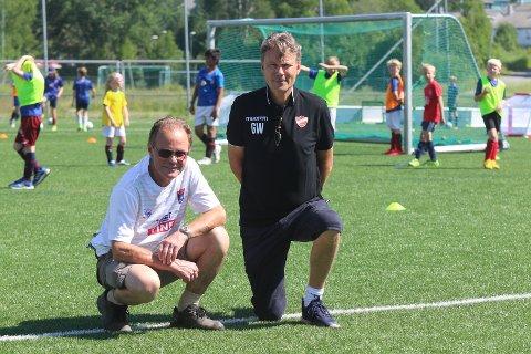 FANTASTISK TILBUD: Styreleder i Langhus IL fotball, Hans Martin Larssen (t.v.) og daglig leder i klubben Geir With. De kan by på et unikt tilbud til unge fotballspillere hver dag denne sommeren.