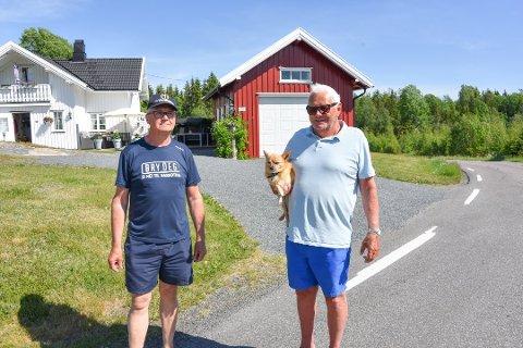 PÅ TO HJUL I SVINGEN: – Her er det mange som ikke overholder fartsgrensen, sier naboene Knut Bye-Johnsen (tv.) og Harry Danielsen med Gizmo på armen.