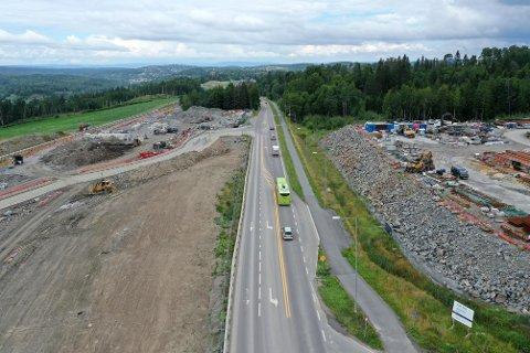 BOM: Bom på fylkesvei 152 Langhusveien nord for Ski kan i ytterste konsekvens bli en realitet dersom bompenger på E18 fører til en sterk trafikkøkning gjennom Ski sentrum.