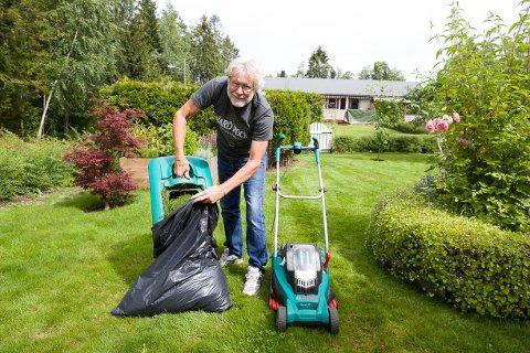 Øystein Simensen liker å ha det pent i hagen, noe som bidrar til mange fylte søppelsekker gjennom hagesesongen.