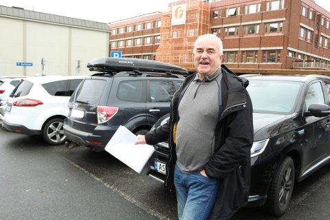 ERKJENNER TRANGE PLASSER: Helge Bunæs, fra Nordre Follo Høyre, viser forståelse for frustrasjonen rundt trange plasser i kommunen. Det ønsker han å gjøre noe med.