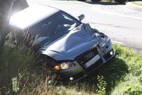 Fører av personbilen erkjente å ha kjørt for ført inn mot rundkjøringen.
