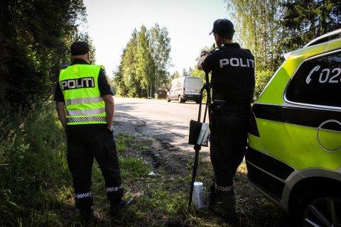HER HAR DE STÅTT FLERE GANGER: Utrykningspolitiet gjennomfører her en lokal kontroll i Siggerudveien denne sommeren. Dette blir neppe siste gangen du vil se politiet her eller andre steder i Follo.
