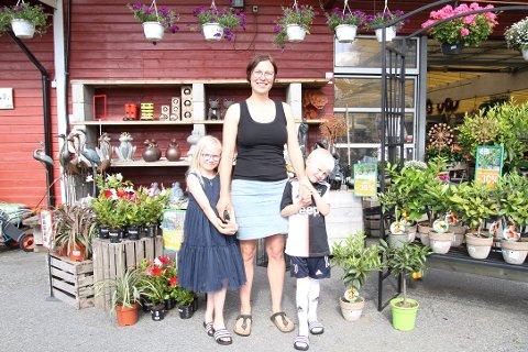 TROFASTE KUNDER: Marit Skuterud Vennatrø med barna Anna (7) og Sigurd (6 år i dag, og med helt ny Juventus-drakt) er gode kunder hos Hageland Kråkstad.