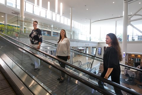 TRESPANN: Hanne Opdan (Nordre Follo kommune), Nora Charlotte Isachsen (OMA) og Marianne Thoresen-Larsen (Kolbotn Torg) har gått sammen om en best mulig lokasjon for ny gjenbruksbutikk.