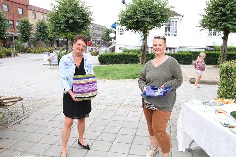 Kirsten Underland og Bente Syr var de som dro i gang lørdagsmarkedet på torget i Ski. Underland selger fargerike kurver, flettet av kvinner i Kenya og Syr viser frem sin egen kunst