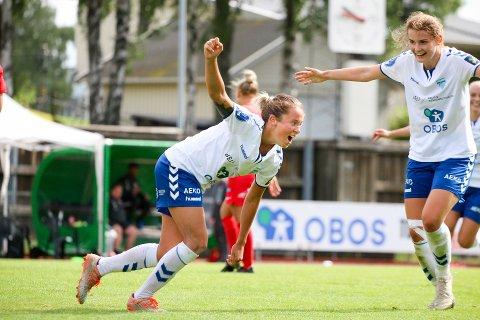 JUBEL: Johanne Fridlund har satt inn 2-1 i 2. omgang, til stor glede for Julie Hoff Klæboe og lagvenninnene. Det endte med 2-3-tap etter at Arna-Bjørnar satte inn  seiersmålet på overtid.