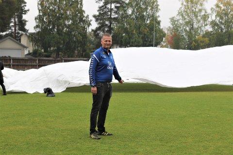 DET BLIR BLØTT: Det har regnet mye onsdag, og det skal bøtte ordentlig ned torsdag. Det samme frem mot kampen på lørdag. Daglig leder i Kolbotn Kvinnefotball, Einar Engedahl,  håper duken som blir lagt på vil sørge for at det blir kamp mot Rosenborg.