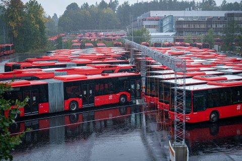 I RO: Unibuss sine buser står parkert på Rosenholm i Oslo.
