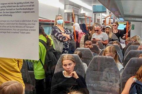 SLIK BLIR DET FREMOVER: Follorådet har blitt enige om å anbefale alle kommunene i Follo å innføre samme munnbindregel i kollektivtrafikken som Oslo. Bruk munnbind på tog og buss der det ikke er mulig å holde 1 meters avstand.