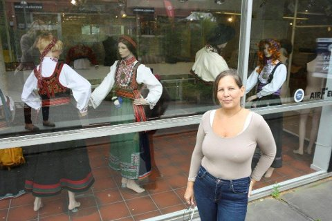 FLYTTET UT: A. Larsen Husflid åpnet på Kolbotn for tre år siden. Nå har de flyttet ut og samlet alt i butikken i Ski. - Vi vil tilbake til Kobotn når nytt Sentrumsbygg en gang står ferdig, sier Vigdis Karine Nilsen.