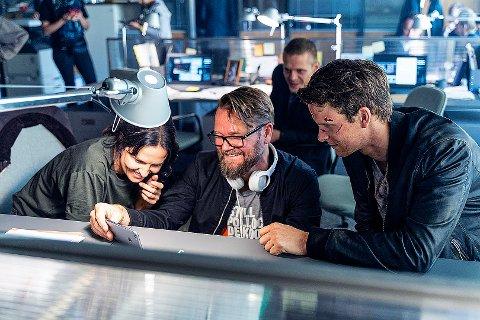 SERIESKAPER: Her er regissør Ole Endresen i dialog med skuespillerne Adam Pålsson, alias Kurt Wallander, til høyre og skuespillerkollega Leanne Best, til venstre