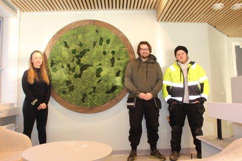 FLOTT: Cecilia Sletmoe, Magnus Refsnes og Mathias Simensen foran kunstverket.