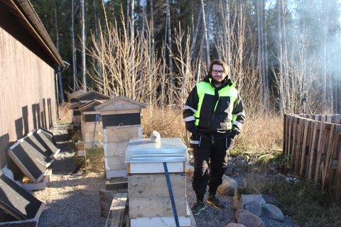 PÅ PLASS: Magnus Refsens ved noen av bikubene.