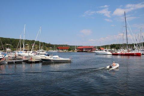 IKKE TRYGT: Da båtføreren med 2,17 i promille skulle inn med båten , støtte han borti flere andre båter i havneområdet. Bildet er tatt i Son, og det var ikke her Follo-mannen hadde båten sin liggende.