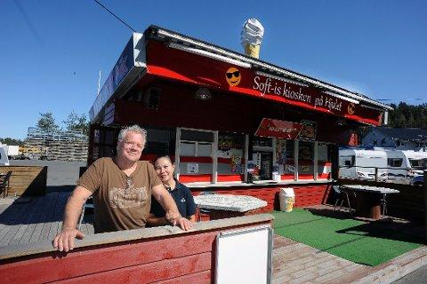 GJENÅPNET: Sverre og Regina Røvig åpnet lukene ved Hjulet Kiosk ved Gjersjøen. De startet blant annet med hjemkjøring av pizza, for å ha flere ben å stå på. Nå selger de den lille røde kioskbua.. Foto: Ole Kr. Trana
