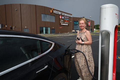 Berit Anderson er én av mange brukere av ladestasjonen til Tesla i Vestby.