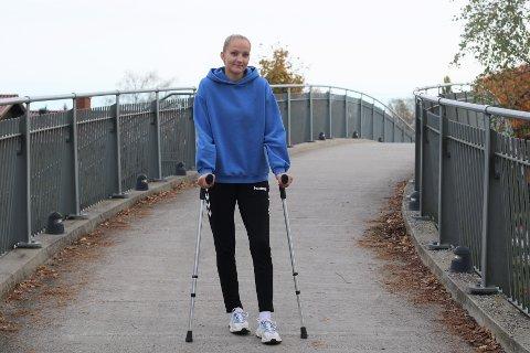 PÅ KRYKKER IGJEN: Jenny Norem har blitt god til å gå på krykker etter å ha blitt litt for godt kjent med kirurgens skarpeste redskap de siste årene.