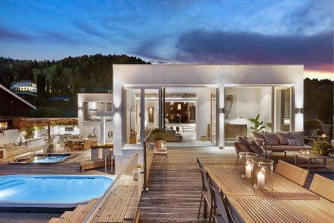 Boltreplass: På de 300 kvadratmetrene med uteplass er det flere sittegrupper, to store spa-bassenger og stort utekjøkken og peis.