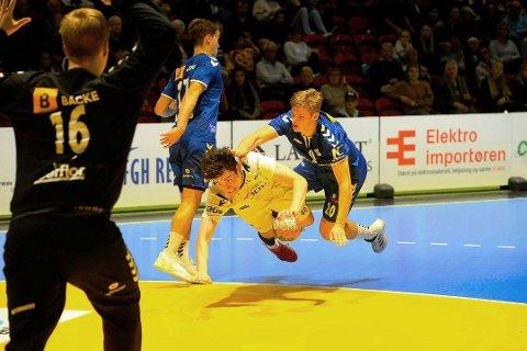 NY MANN: Daniel Jakobsen i aksjon for Runar mot Nærbø. Jakobsen scoret seks ganger i denne matchen. Nå er han klar for Follo HK.