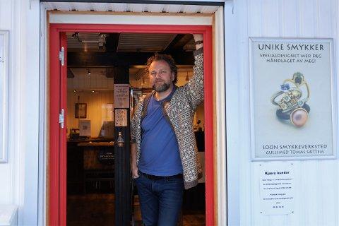 Gullsmed Tomas Sættem på Soon Smykkeverksted har nok å gjøre selv om han ikke har åpent for drop-in.