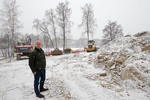 TOMTA: Tom André Svenning Gultvedt, utviklingsdirektør i Solon Eiendom, er veldig fornøyd med hvordan boligsalget har gått i Veslebukta.