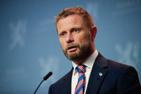 PRESSEKONFERANSE: Klokken 14 i dag holder Regjeringen med Helse- og omsorgsminister Bent Høie (H) pressekonferanse om koronasituasjonen. Det kan påvirke utfallet av Nordre Follos nye retningslinjer i morgen.