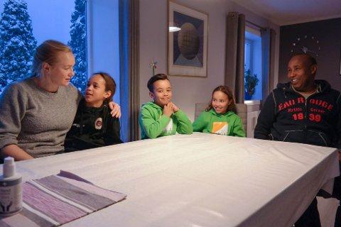 AKTIV FAMILIE: Familien Rostveit Elmi hjemme i stua på Ekholt: Fra venstre: Anita, Anders, Aron, Aisha og Shire.