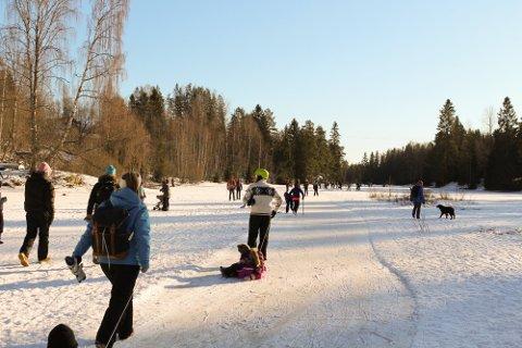 FOLKSOMT: Mange har kost seg på isen den siste tiden. Nå ber Øst 110-sentral folk om å være obs.