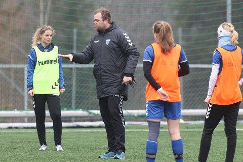 IKKE FERDIG: Kolbotn-trener Aleksander Olsen er på jakt etter to nye spillere. Her under trening på Langhus onsdag. I bakgrunnen: Eline Hegg.
