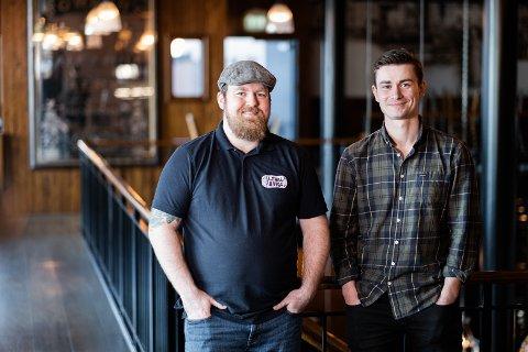 LANDET RUNDT: Eirik Tomter (til høyre) forteller at Lokalbrygg AS nå selger øl via nettet til 90 kommuner over hele Norge. Her sammen med firmaets produktsjef og ølekspert Jørn Idar Kvig.