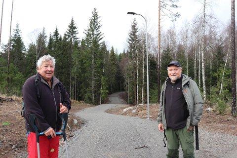 FIKS FERDIG: I november viste prosjektleder Ola Skarderud og skogbestyrer Reidar Haugen frem den nye lysløypa fra Fløysbonn til Taraldrudhytta. Nå er nye åtte kilometer oppe til politisk behandling.  Foto: Vivi Rian