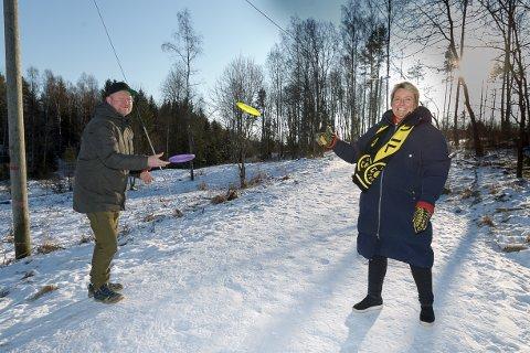 FREESBI: Lars Somby og Hege Frøyna gleder seg til å gå i gang med å bygge opp den Nordre Follos nye Disc Golfbane. Fra tidligere ligger det en på Langhus og en på Krokhol.
