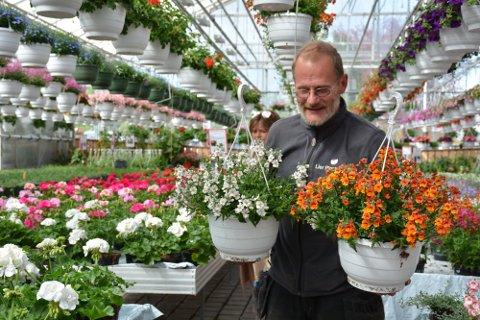Gartnere tjente 34.000 kroner i snitt i måneden i fjor. Her er Per Elkjær Stentsøe, yrkesgartneren ved Lier Planteland i en urealert sak.