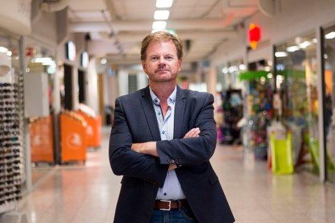 MÅ STENGE NED STORE DELER AV SENTERET: Ragnar Sørlie og flere butikkeiere fortviler etter at Drøbak City blir stengt ned de neste ukene.